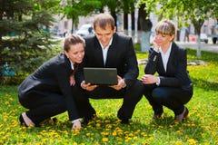 Jeune gens d'affaires avec l'ordinateur portatif Photos stock