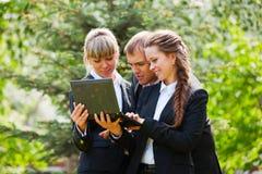 Jeune gens d'affaires avec l'ordinateur portatif Photo libre de droits