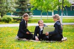 Jeune gens d'affaires avec l'ordinateur portatif Images stock