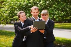 Jeune gens d'affaires avec l'ordinateur portatif Images libres de droits