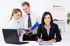 Jeune gens d'affaires dans le bureau Images stock