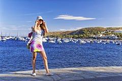Jeune gentille fille sur le quai de la mer Méditerranée Photos libres de droits