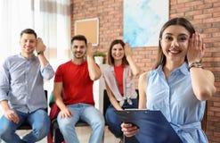 Jeune geste de langue des signes d'apparence de professeur image libre de droits