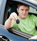 Jeune gestionnaire mâle heureux se reposant dans le véhicule bleu Photos libres de droits
