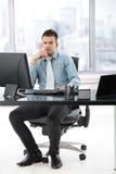 Jeune gestionnaire s'asseyant dans le bureau moderne photos stock