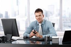Jeune gestionnaire souriant au bureau Photo stock
