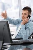 Jeune gestionnaire sur le téléphone portable images stock