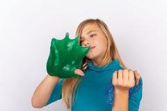Jeune gilr jouant avec la boue photographie stock libre de droits