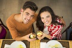 Jeune grillage de couples image stock