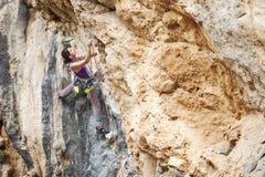 Jeune grimpeur de roche féminin Photographie stock libre de droits