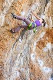 Jeune grimpeur de roche féminin image stock