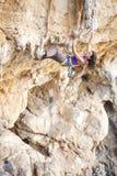 Jeune grimpeur de roche féminin images stock