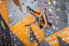 Jeune grimpeur de roche masculin dans le gymnase s'élevant d'intérieur photo libre de droits