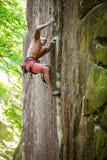 Jeune grimpeur de roche masculin sur l'itinéraire provocant photo stock