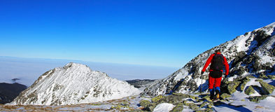 Jeune grimpeur montant la dernière partie de la crête de Peleaga en montagnes de Retezat, Roumanie Photos libres de droits