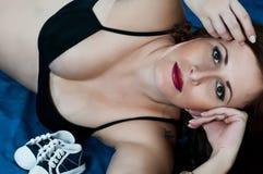 Jeune grossesse de femme de brunette Photographie stock libre de droits