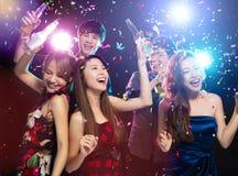 Jeune groupe appréciant la partie et ayant l'amusement photo libre de droits