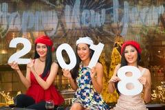 Jeune groupe asiatique de femmes avec la fête de vacances de Noël de chapeau de Santa Photo libre de droits