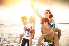 Jeune groupe courant sur la plage Photo stock
