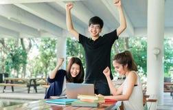 Jeune groupe d'étudiants complet, livre de lecture de finition dans la salle de classe image stock