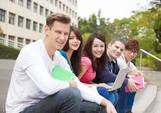 jeune groupe d'étudiants s'asseyant sur l'escalier Images stock