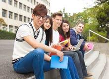 jeune groupe d'étudiants s'asseyant sur l'escalier Photo stock