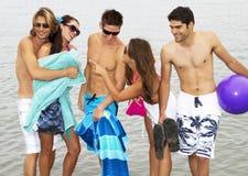 Jeune groupe d'adultes à la plage Photographie stock libre de droits