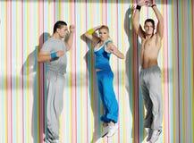 Jeune groupe d'adultes dans le club de forme physique Image stock