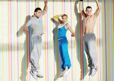 Jeune groupe d'adultes dans le club de forme physique Photos libres de droits