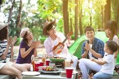 jeune groupe d'amis appréciant la partie et camper de pique-nique image stock