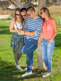 Jeune groupe d'amis ayant l'amusement extérieur Photo stock