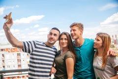 Jeune groupe d'amis faisant un Selfie Photographie stock