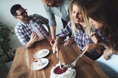 Jeune groupe d'amis heureux célébrant l'anniversaire Photos stock