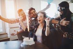 Jeune groupe d'amis heureux célébrant l'anniversaire Photos libres de droits