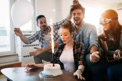 Jeune groupe d'amis heureux célébrant l'anniversaire Images stock