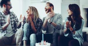 Jeune groupe d'amis heureux célébrant l'anniversaire Image stock