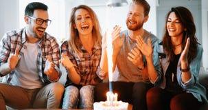 Jeune groupe d'amis heureux célébrant l'anniversaire Photo libre de droits