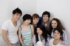 Jeune groupe d'amis souriant ensemble Image stock