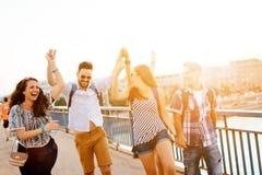 Jeune groupe de personnes énergique ayant l'amusement photos libres de droits