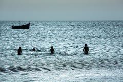 Jeune groupe de personnes ayant l'amusement dans l'océan Photos libres de droits
