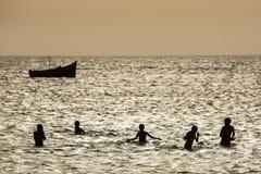 Jeune groupe de personnes ayant l'amusement dans l'océan Photo libre de droits