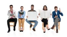 Jeune groupe de personnes obtenant leur information de différents endroits image stock