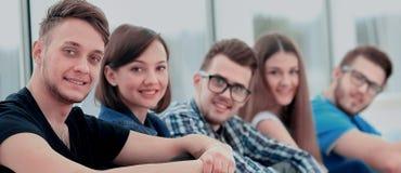 Jeune groupe de personnes togethe debout Photos stock