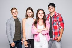 Jeune groupe de sourire heureux d'amis se tenant ensemble d'isolement sur le blanc Photo libre de droits