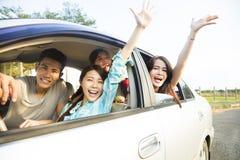 Jeune groupe heureux ayant l'amusement dans la voiture Photos libres de droits