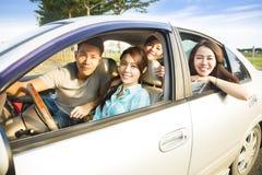 Jeune groupe heureux ayant l'amusement dans la voiture Photographie stock
