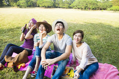 jeune groupe heureux faisant le selfie par le téléphone intelligent Images stock
