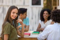 Jeune groupe multi-ethnique heureux de parler d'étudiants d'amis Photos libres de droits