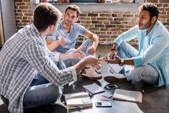 Jeune groupe professionnel travaillant sur le nouveau projet d'affaires dans le bureau de petite entreprise Images libres de droits