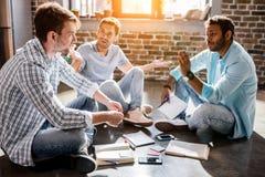 Jeune groupe professionnel travaillant sur le nouveau projet d'affaires dans le bureau de petite entreprise Images stock